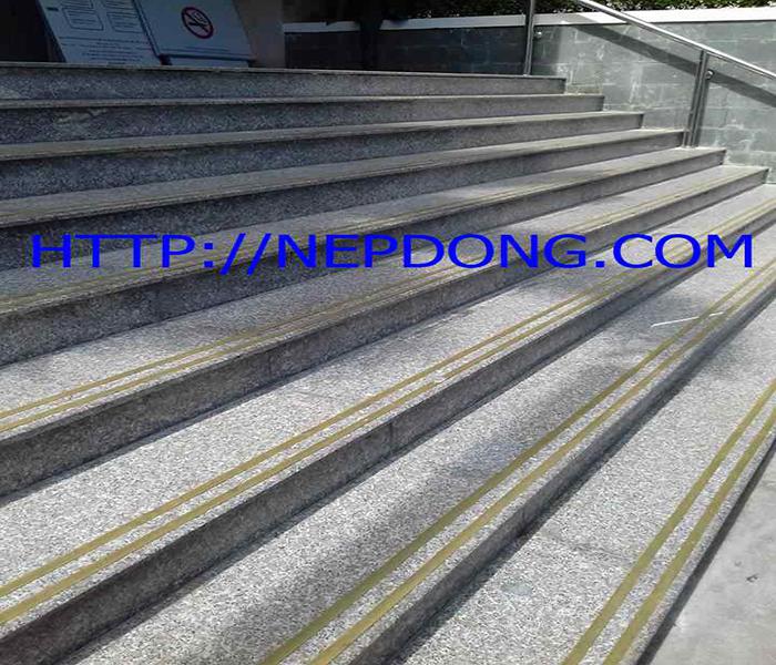 nẹp đồng chống trơn cầu thang cho bệnh viện