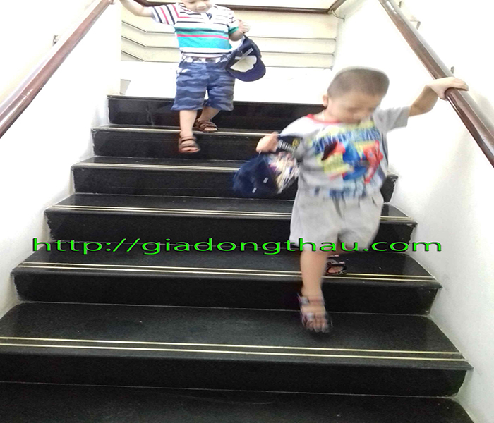 Nẹp kim loại chống trượt cầu thang cho Trường học